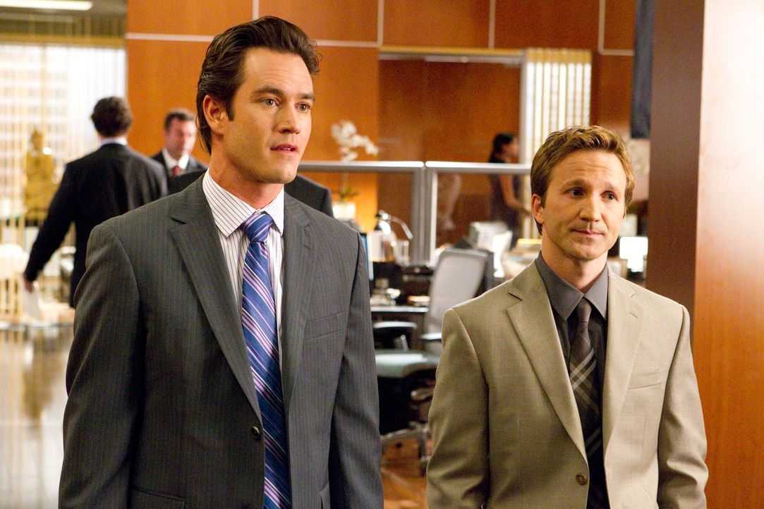Versuchen alles, um ihrer attraktiven Mandantin zu helfen: Peter Bash (Mark-Paul Gosselaar, l.) und Jared Franklin (Breckin Meyer, r.) ... - Bildquelle: 2011 Sony Pictures Television Inc. All Rights Reserved.