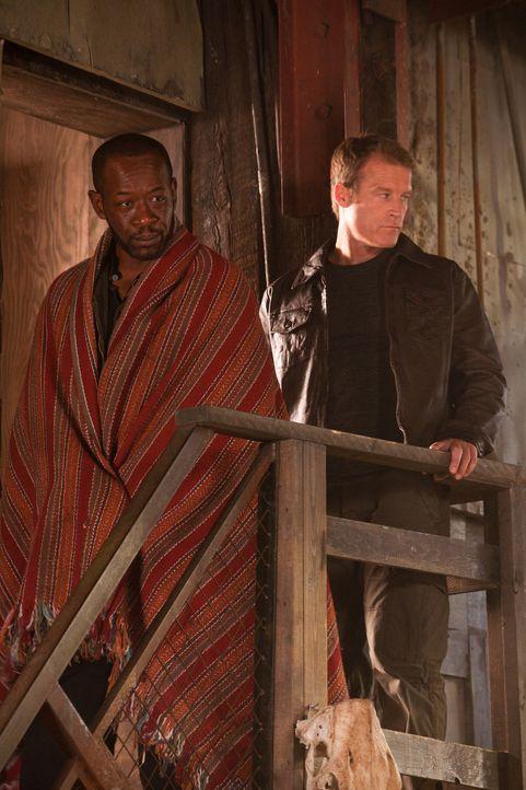 Verbünden sich ausnahmsweise für die Mission: Chance (Mark Valley, r.) und Babtiste (Lennie James, l.) ... - Bildquelle: 2011  Warner Bros.
