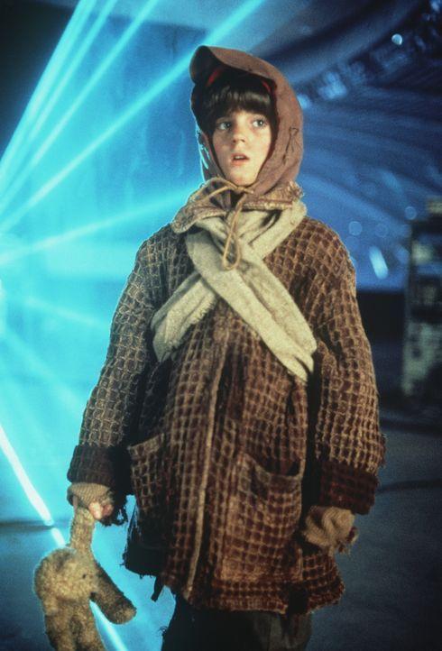 Unvorstellbar: Der kleine David (Michael Caloz) hat in den Ruinen überlebt ... - Bildquelle: Columbia TriStar