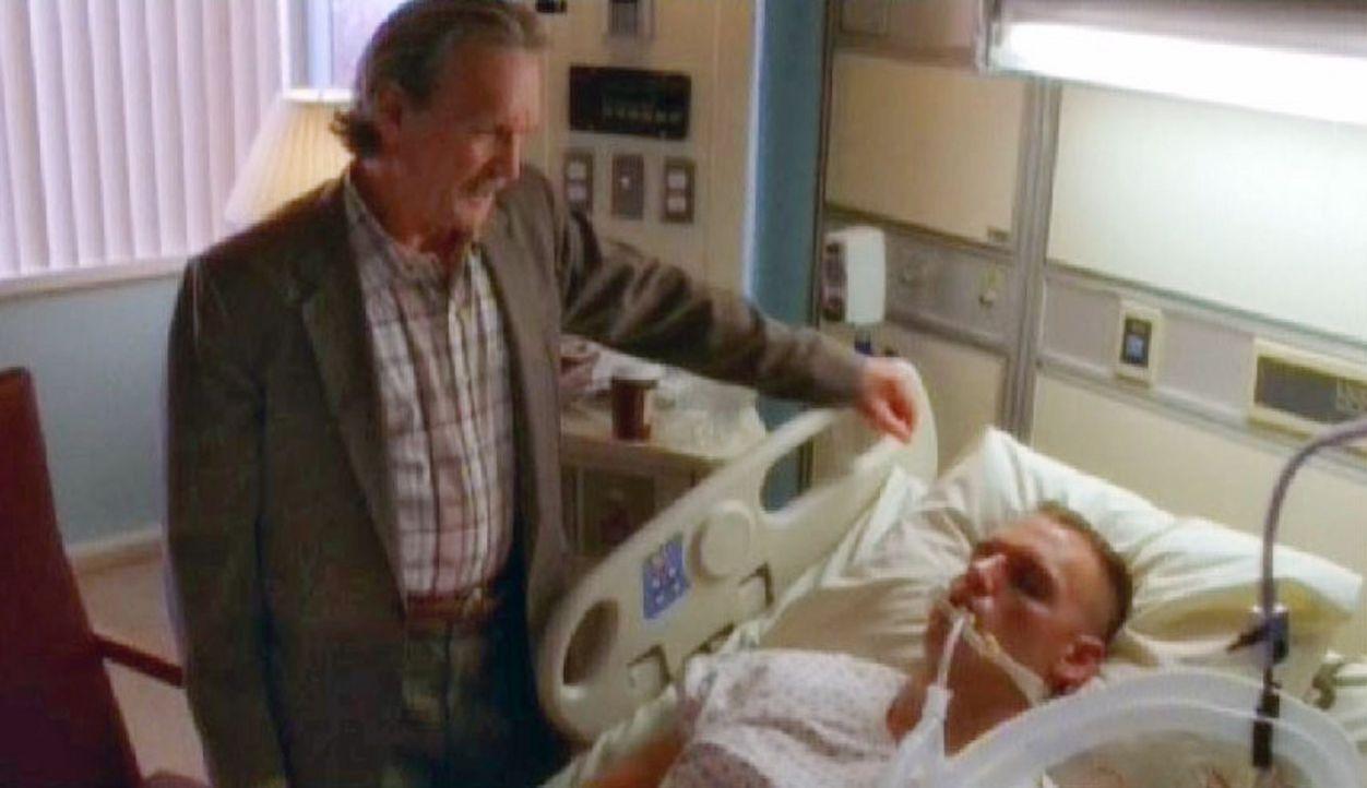 NIS Agent Mike Franks (Muse Watson, l.) identifiziert den im Schnee gefundenen Corporal Liam O'Neill (Jeremy Roberts, r.) als seinen Sohn ... - Bildquelle: CBS Television