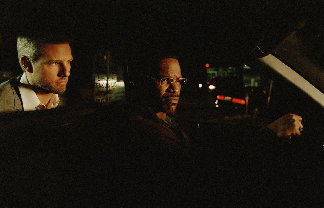 Eines Nachts steigt der eher unscheinbare Vincent (Tom Cruise, l.) zu Taxifahrer Max (Jamie Foxx, r.) ins Auto und heuert ihn als Fahrer für die Na... - Bildquelle: TM &   Paramount Pictures. All Rights Reserved.