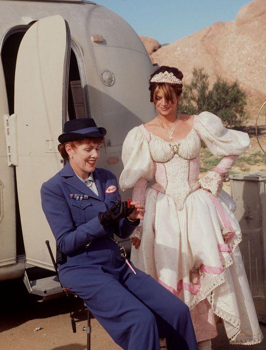In der Zwischenwelt verwandelt Mrs. Rogers (Lynn Redgrave, l.) Katherine Lewis (Kirstie Alley, r.) in eine Zahnfee, die den Kindern auf der Erde ers... - Bildquelle: Disney