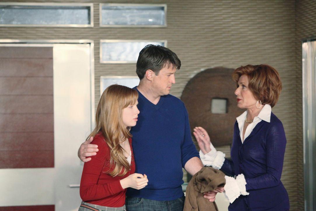 Martha (Susan Sullivan, r.) und Alexis (Molly C. Quinn, l.) sind in großer Sorge um Richard (Nathan Fillion, M.), denn der Serientäter treibt nach w... - Bildquelle: ABC Studios