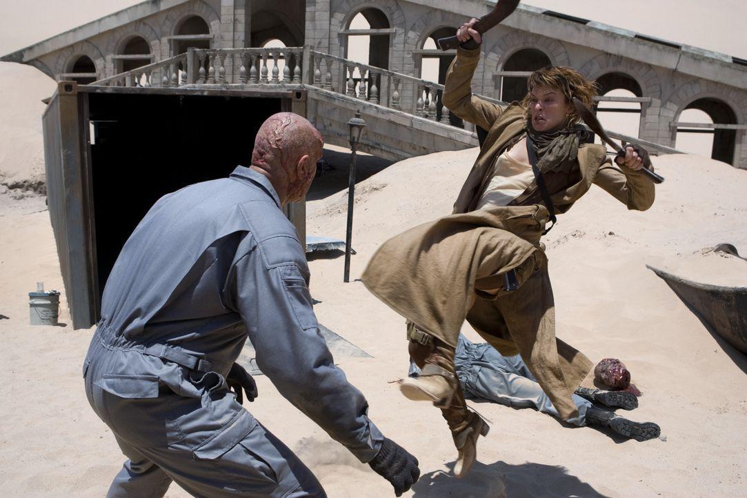 Lebende Untote stellen sich Alice (Milla Jovovich, r.) in den Weg, doch die taffe Frau gibt sich nicht so leicht geschlagen ... - Bildquelle: Constantin Film
