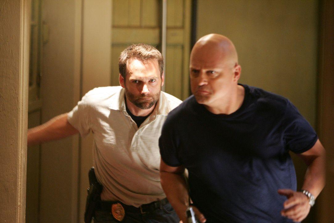 Mackey (Michael Chiklis, r.) und Ronnie (David Rees Snell, l.) sind Shane auf die Schliche gekommen, aber er macht es ihnen nicht leicht ... - Bildquelle: 2007 Twentieth Century Fox Film Corporation. All Rights Reserved.