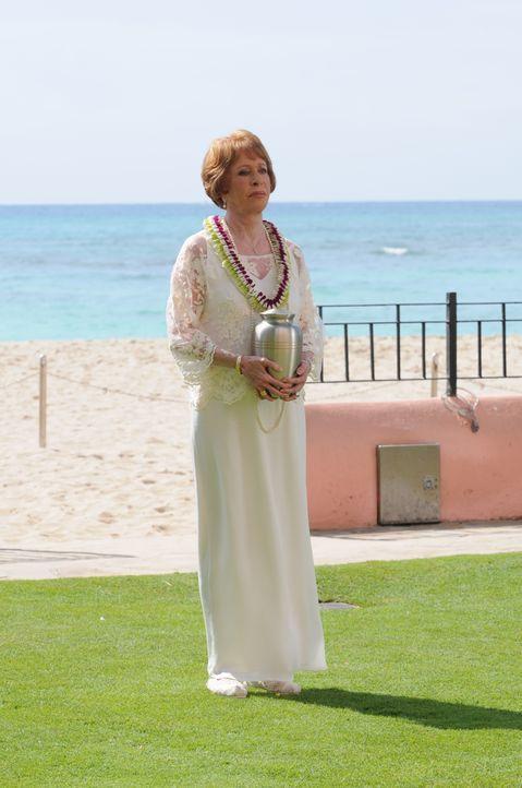 Kommt mit einem ganz besonderen Wunsch nach Hawaii: Steves Tante Deb (Carol Burnett) ... - Bildquelle: Norman Shapiro 2015 CBS Broadcasting, Inc. All Rights Reserved / Norman Shapiro