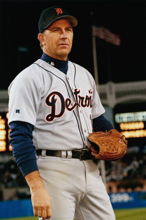 Als sein letztes Spiel beginnt und Tausende von Fans ihm zujubeln, ist Billy (Kevin Costner) mit seinen Gedanken ganz woanders: In Flashbacks erinne... - Bildquelle: 1999 Universal Studios. All Rights Reserved.