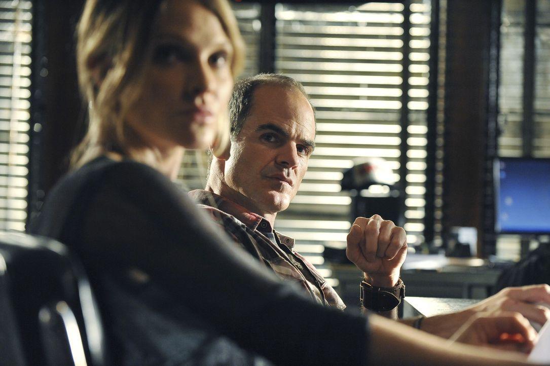 Ein neuer Fall beschäftigt Gina (Beau Garrett, l.) und John (Michael Kelly, r.) ... - Bildquelle: ABC Studios