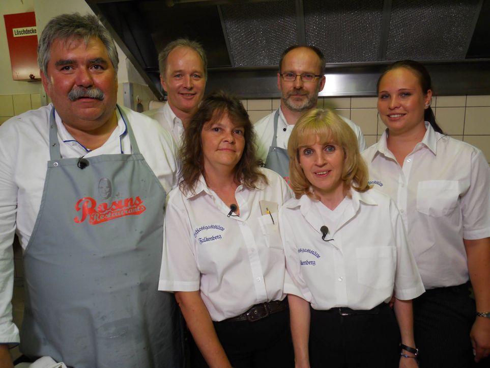 """Sie alle arbeiten in der """"Schlossgaststätte Falkenberg"""" und hoffen auf Hilfe von Sternekoch Frank Rosin (v.l.n.r.): Koch Heiko, Thorsten Mietzke, Ta... - Bildquelle: kabel eins"""