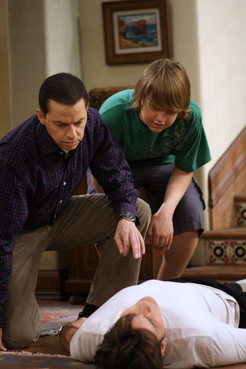 Alans (Jon Cryer, l.) Sohn Jake (Angus T. Jones, r.) hat seinen Lernführerschein und braucht einen Erwachsenen, um sich hinter das Steuer setzen zu... - Bildquelle: Warner Brothers Entertainment Inc.