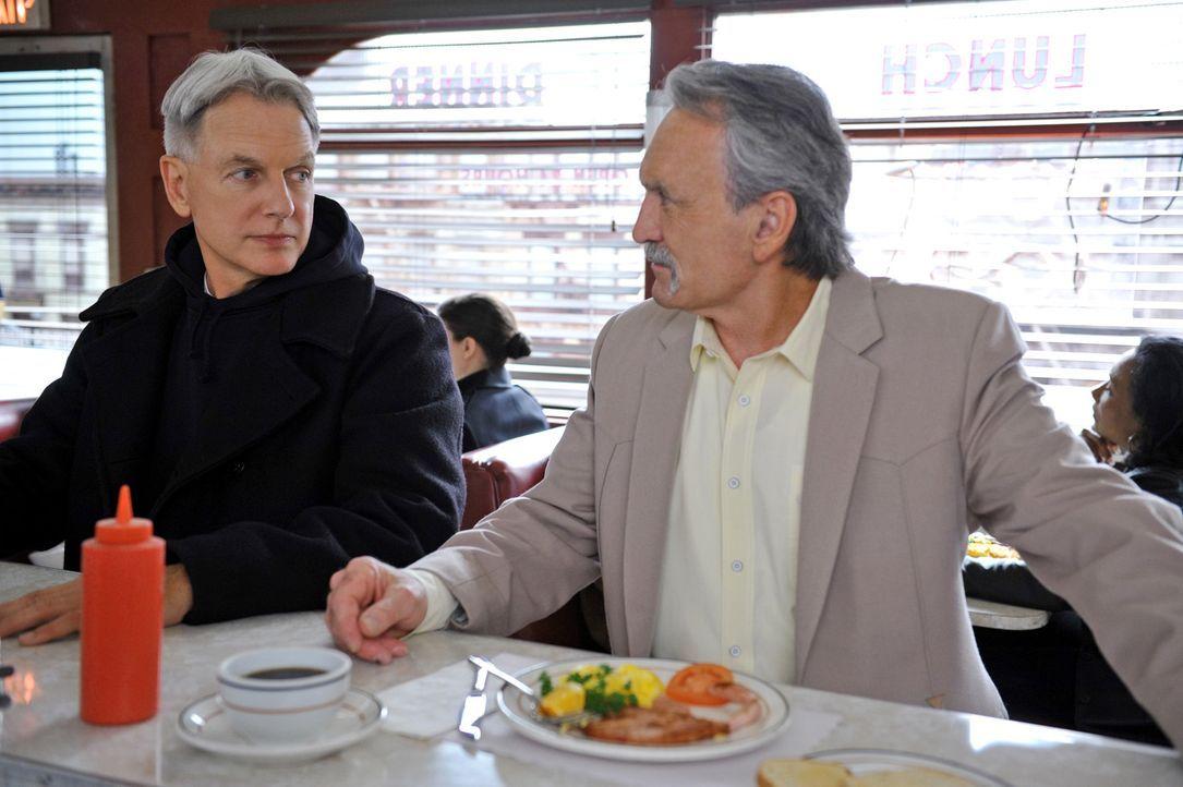 Was wäre wenn ...: Gibbs (Mark Harmon, l.) und Mike Franks (Muse Watson, r.) - Bildquelle: CBS Television