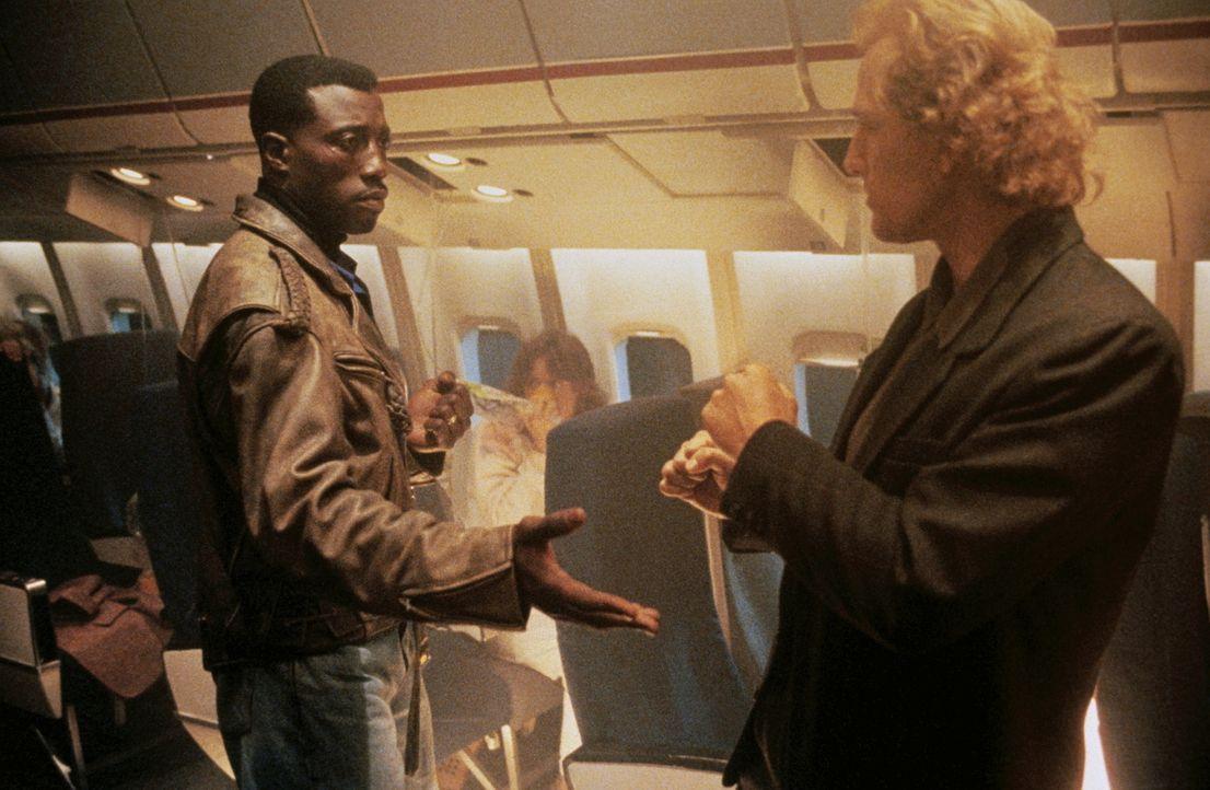Der kaltblütige und hochintelligent Terrorist Charles Rane (Bruce Payne, r.) entführt mit seinem Team ein Flugzeug. Zu seinem Unglück sitzt Anti-Ter... - Bildquelle: Warner Bros.