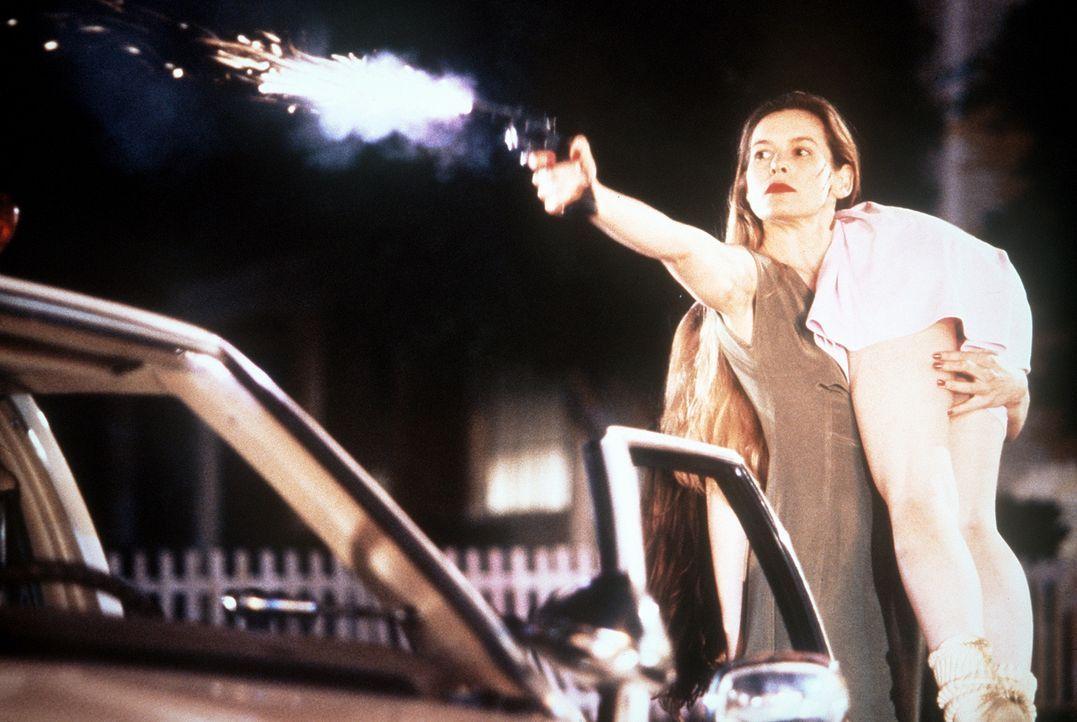 Um ihren Sohn zu retten, entführt Mary (Alice Krige, l.) die junge Tanya (Mädchen Amick, r.) ... - Bildquelle: Columbia Pictures