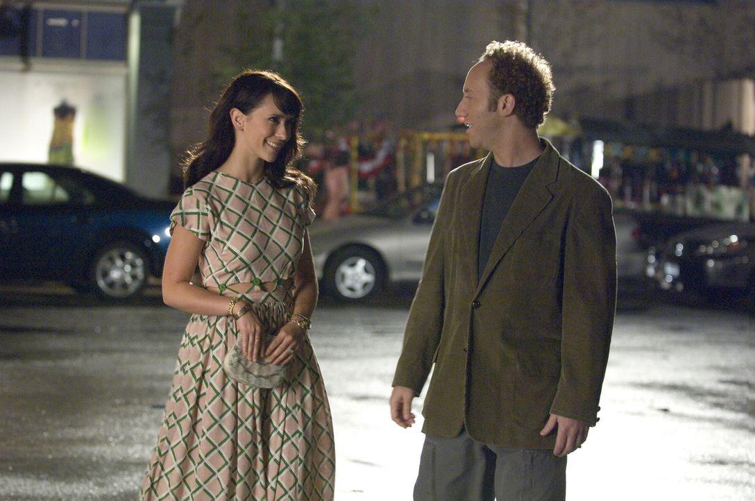 Cliff (Joey Slotnick, r.) trägt das Herz des Verstorbenen Conor in seiner Brust. Melinda (Jennifer Love Hewitt, l.) soll im Auftrag des Toten Kontak... - Bildquelle: ABC Studios