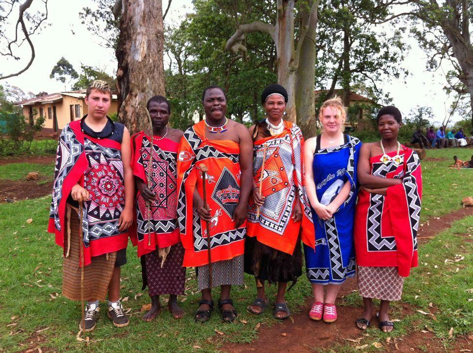 Chiara (2.v.r.) und Christian (l.) mit ihren Gasteltern in Swasiland ... - Bildquelle: SAT.1