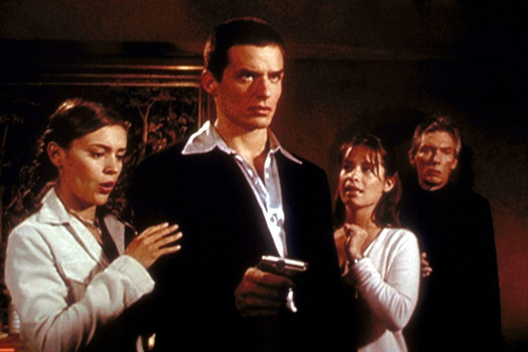 Der teuflische Barbas (Billy Drago, r.) und sein Handlanger Bane (Antonio Sabàto jr., 2.v.l.) haben die Rechnung ohne Phoebe (Alyssa Milano, l.) un... - Bildquelle: Paramount Pictures