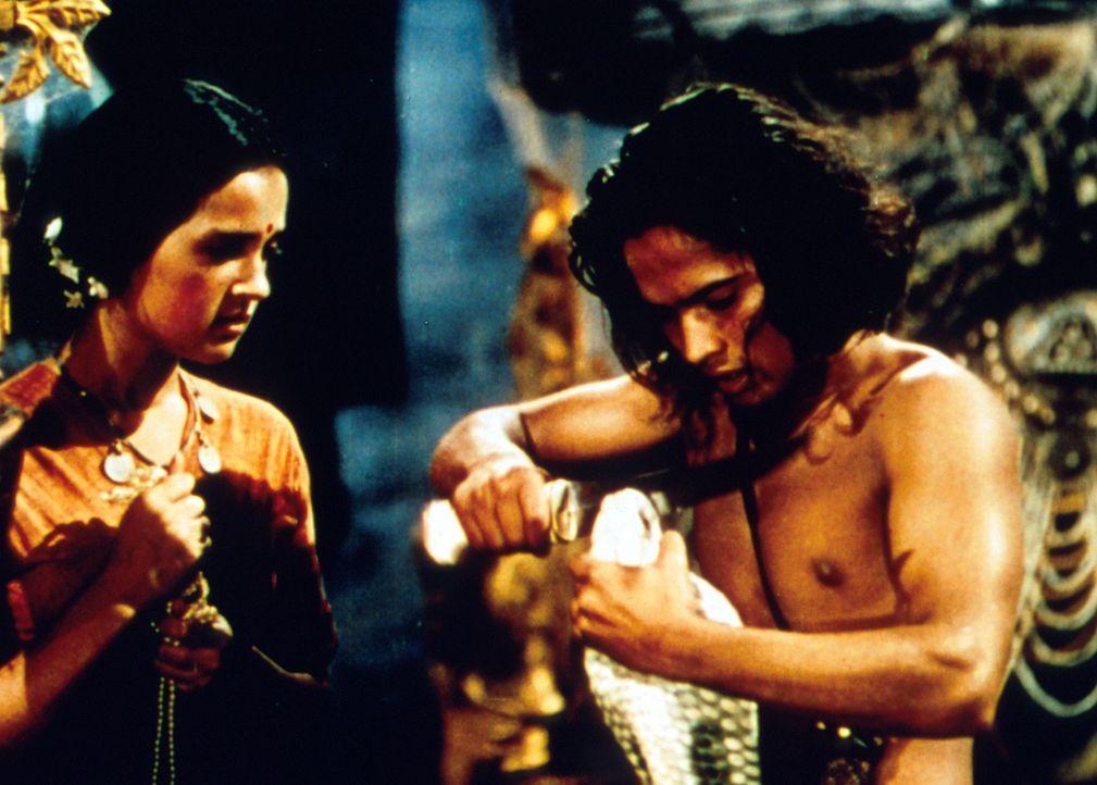 Als Mowgli (Sabu, r.) wieder zu den Menschen zurückkehrt, lernt er die hübsche Mahala (Patricia O'Rourke, l.) kennen ... - Bildquelle: United Artists