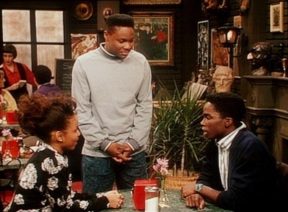 In der Studentenkneipe stellt Theo (Malcolm-Jamal Warner, M.) einen Rivalen zur Rede, der mit seiner Freundin Justine (Michelle Thomas, l.) anbandelt. - Bildquelle: Viacom