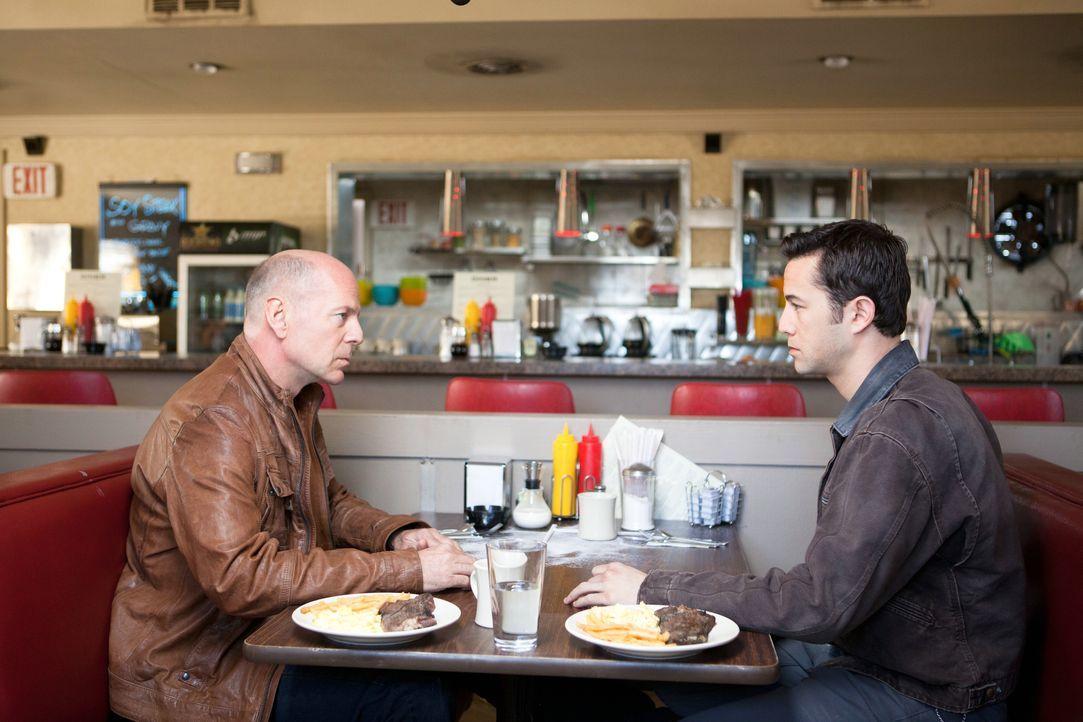 Eine Verabredung mit sich selbst: Joe (Joseph Gordon-Levitt, r.) trifft auf sein älteres Ich aus der Zukunft (Bruce Willis, l.) ... - Bildquelle: 2012 Concorde Filmverleih GmbH