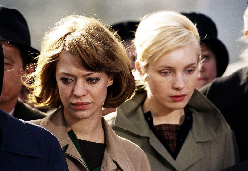 Renate (Heike Makatsch, l.) und Helga (Nadja Uhl, r.) warten vor dem Werktor auf Nachrichten von ihren verschütteten Männern. - Bildquelle: Gordon Mühle Sat.1