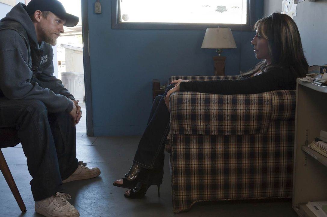 Gemma (Katey Sagal, r.) liebt ihren Sohn Jax (Charlie Hunnam, l.), doch auch Clay wird sie nicht so schnell aufgeben ... - Bildquelle: 2011 Twentieth Century Fox Film Corporation and Bluebush Productions, LLC. All rights reserved.
