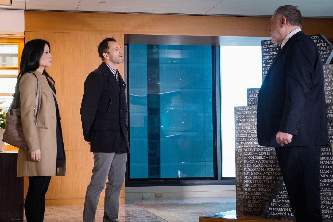 Kunsthändler Jabob Weiss (Richard Masur, r.) ist entrüstet, als Watson (Lucy Liu, l.) und Holmes (Jonny Lee Miller, r.) ihn mit ihrem Verdacht konfr... - Bildquelle: CBS Television