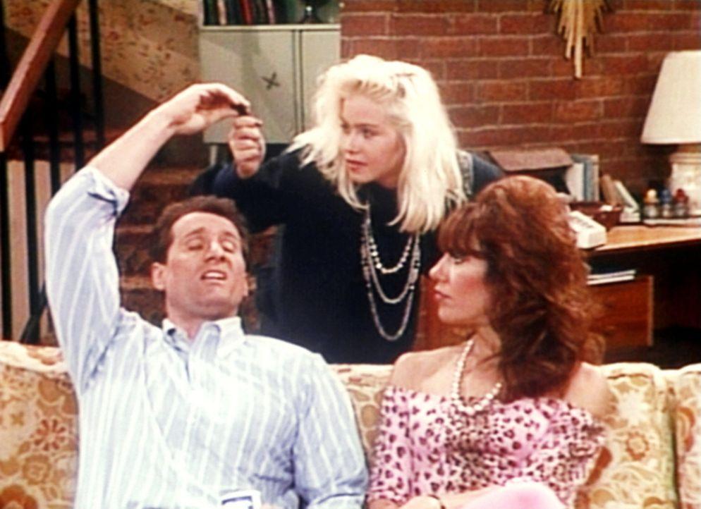 Weil er durch die Führerscheinprüfung gefallen ist, überlässt Al (Ed O'Neill, l.) Peggy (Katey Sagal, r.) und Kelly (Christina Applegate, M.) se... - Bildquelle: Columbia Pictures
