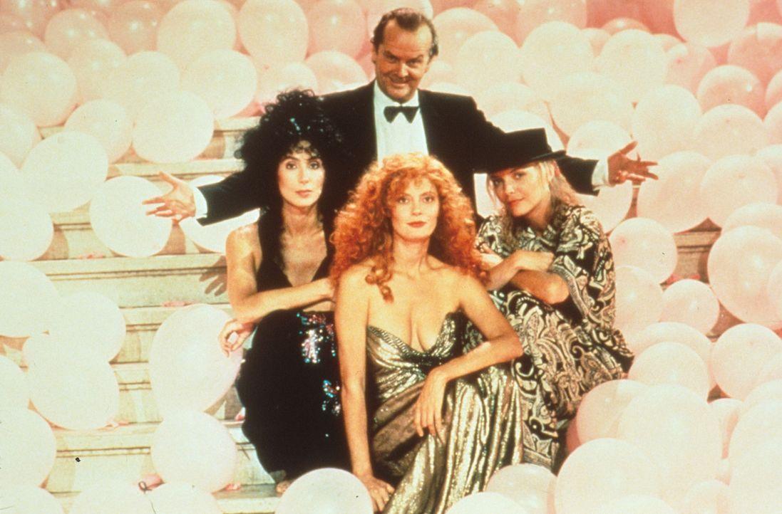 Der teuflische Daryl Van Horne (Jack Nicholson, hinten) hat ein leichtes Spiel mit den weiblichen Singles von Eastwick: Er kennt die geheimsten Wüns... - Bildquelle: Warner Bros.