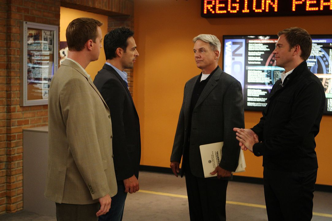 Mossad Officer Malachi Ben-Gidon (T.J. Ramini, 2.v.l.)  beschuldigt Ziva des Mordes an Ex-Marines Daniel Cryer. Gibbs (Mark Harmon, 2.v.r.), McGee (... - Bildquelle: CBS Television