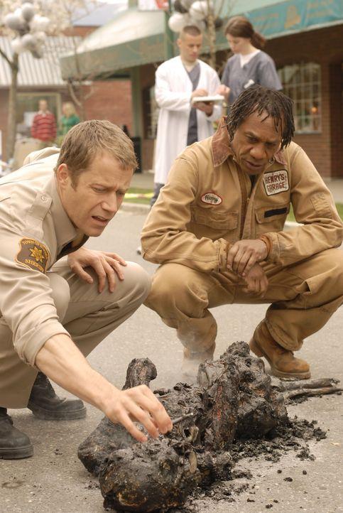 Ein Wissenschaftler wurde durch das Artefakt bis zur Unkenntlichkeit verbrannt. Jack Carter (Colin Ferguson, l.) und Henry (Joe Morton, r.) sind spr... - Bildquelle: Universal Television