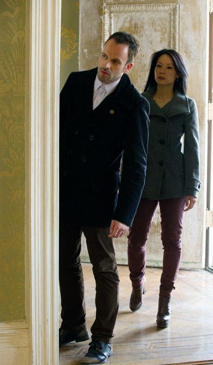 Gemeinsam versuchen sie den Fall um Moriarty zu lösen: Sherlock Holmes (Jonny Lee Miller, l.) und Joan Watson (Lucy Liu, r.) ... - Bildquelle: CBS Television