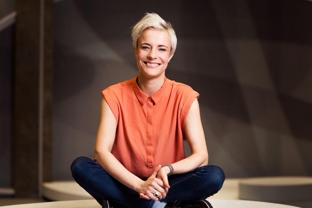 """Seraphina Kalze moderiert das """"K1 Magazin"""" ... - Bildquelle: Stefan Hobmaier kabel eins"""