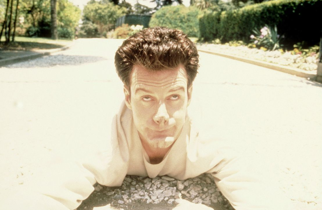 Der schizophrene Gotthilf Nuss (Stephen Kearney) bricht aus der Irrenanstalt aus, um seinen ahnungslosen Zwillingsbruder Philibert zu besuchen ...