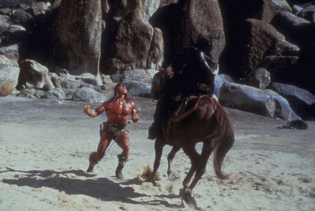 Der Zerstörer Conan (Arnold Schwarzenegger, l.) fürchtet sich vor nichts und niemandem ... - Bildquelle: Universal Pictures