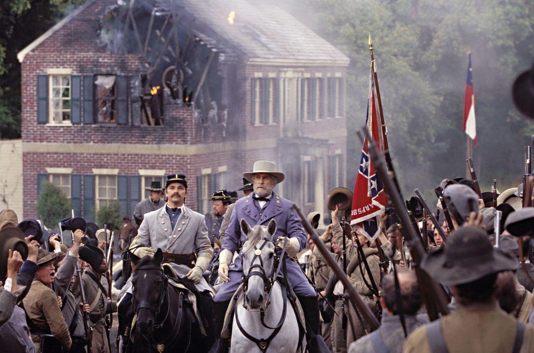 Robert Edward Lee (Robert Duvall, M.) sollte eigentlich das Kommando über die US Army übernehmen, was er jedoch ablehnt. Stattdessen übernimmt er... - Bildquelle: Warner Brothers