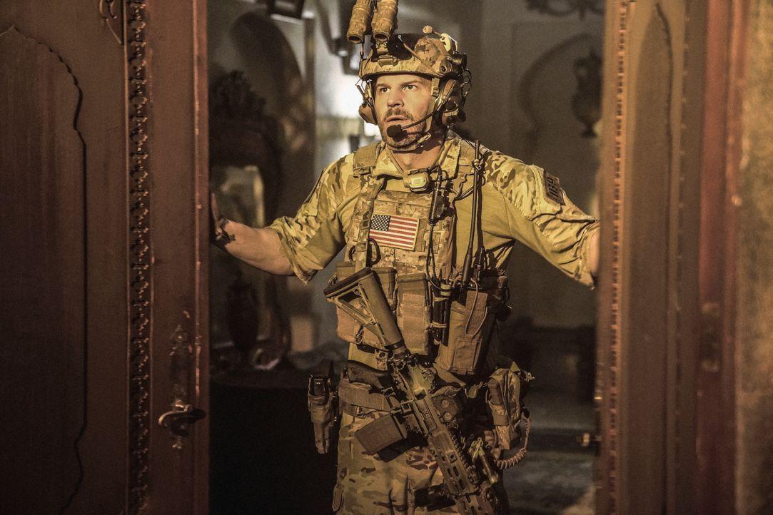 Das SEAL Team stürmt unter Leitung von Jason Hayes (David Boreanaz) das Haus einer jemenitischen Familie, um das Handy eines Terrorverdächtigen aufz... - Bildquelle: Erik Voake CBS   2017 CBS Broadcasting, Inc. All Rights Reserved / Erik Voake