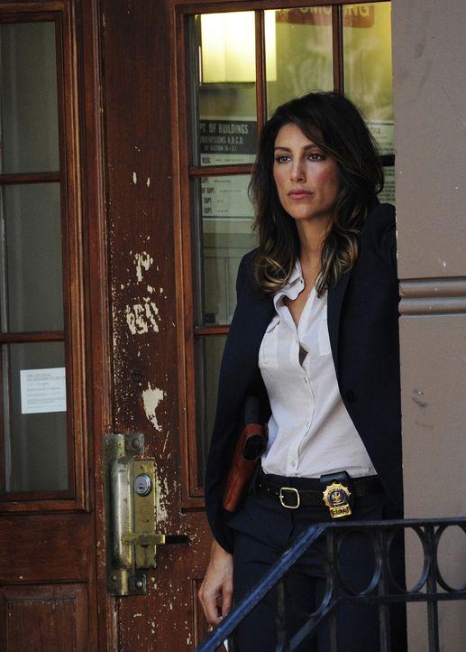 Danny und Jackie (Jennifer Esposito) kämpfen darum, eine Spur zu Coles Mörder zu finden, was sie in ein kleines Appartement führt, das ihm und der j... - Bildquelle: 2011 CBS Broadcasting Inc. All Rights Reserved
