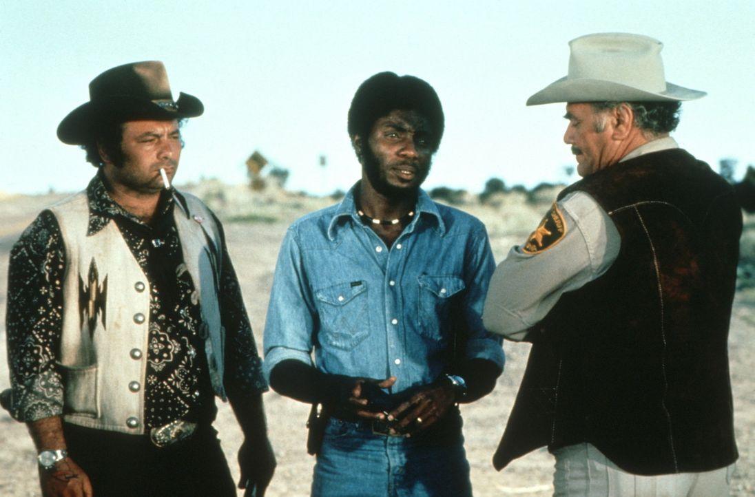 Mit Strafzetteln und anderen Schikanen reizt Sheriff Wallace (Ernest Borgnine, r.) die Trucker 'Pig Pen' (Burt Young, l.) und 'Spider Mike' (Frankly... - Bildquelle: Neue Constantin Film