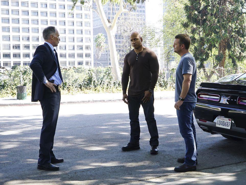 Hat LAPD Lieutenant Roger Bates (Patrick St. Esprit, l.) etwas mit der Verhaftung von Deeks zu tun? Sam (LL Cool J, M.) und Callen (Chris O'Donnell,... - Bildquelle: Richard Cartwright 2015 CBS Broadcasting, Inc. All Rights Reserved.