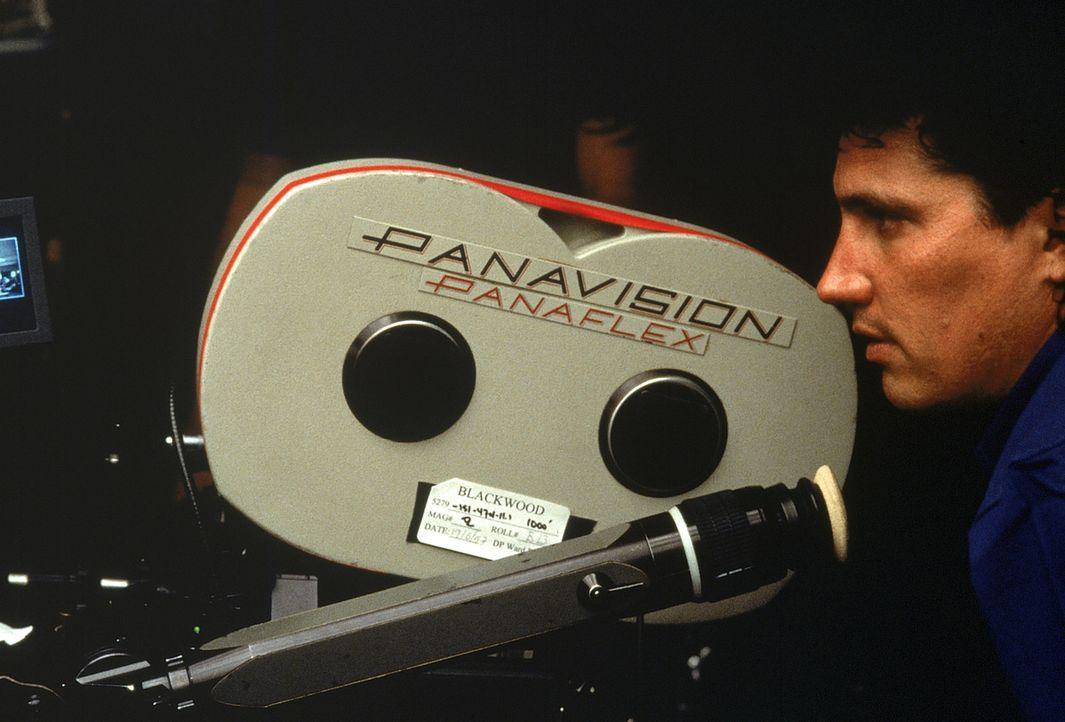 Regisseur Rob Bowman bei der Arbeit. - Bildquelle: Twentieth Century-Fox Film Corporation