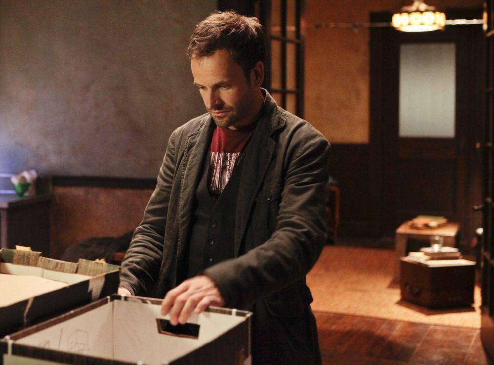 Ein Fall von Kindesentführung beschäftigt Sherlock Holmes (Jonny Lee Miller) ... - Bildquelle: CBS Television