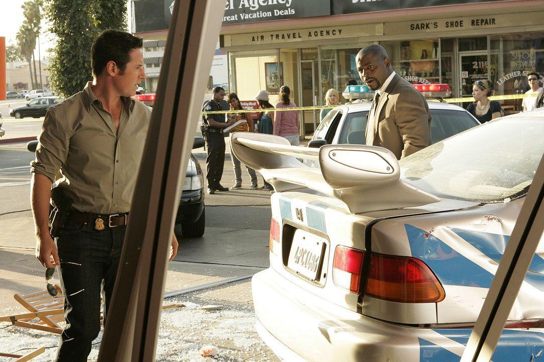 Nachdem ein Auto in ein voll besetztes Straßencafe gekracht ist, machen sich Don (Rob Morrow, l.) und David (Alimi Ballard, r.) auf die Suche nach... - Bildquelle: Paramount Network Television