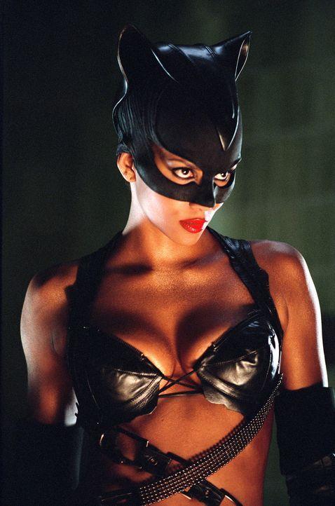 Catwoman (Halle Berry) nutzt ihre übernatürlichen Kräfte, um ihrem Erzfeind auf die Spur zu kommen und ihn zur Rechenschaft zu ziehen. Wird es ih... - Bildquelle: Warner Bros. Television