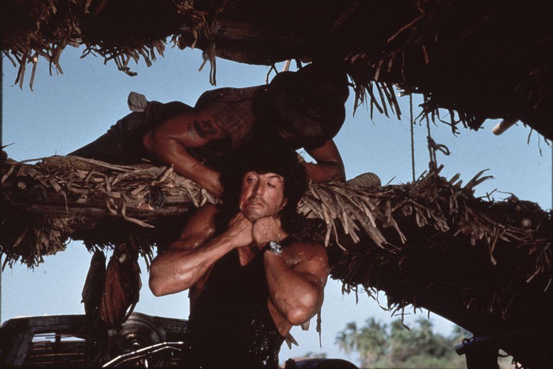 John Rambo (Sylvester Stallone, unten) wird von seinem alten Freund Col. Trautman aus dem Gefängnis geholt - doch nicht ohne Hintergedanken. Der Ein... - Bildquelle: 1985 STUDIOCANAL. All Rights Reserved.