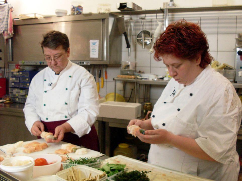 """Jutta (l.) und Köchin Gabi Riemschneider (r.) hoffen, dass es mit dem Restaurant """"Navigare"""" bald wieder aufwärts geht. - Bildquelle: kabel eins"""