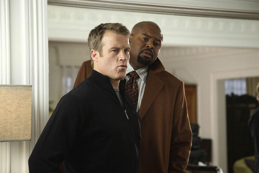 Ein neuer Auftrag macht ihnen zu schaffen: Chance (Mark Valley, l.) und Winston (Chi McBride, r.) ... - Bildquelle: Warner Brothers
