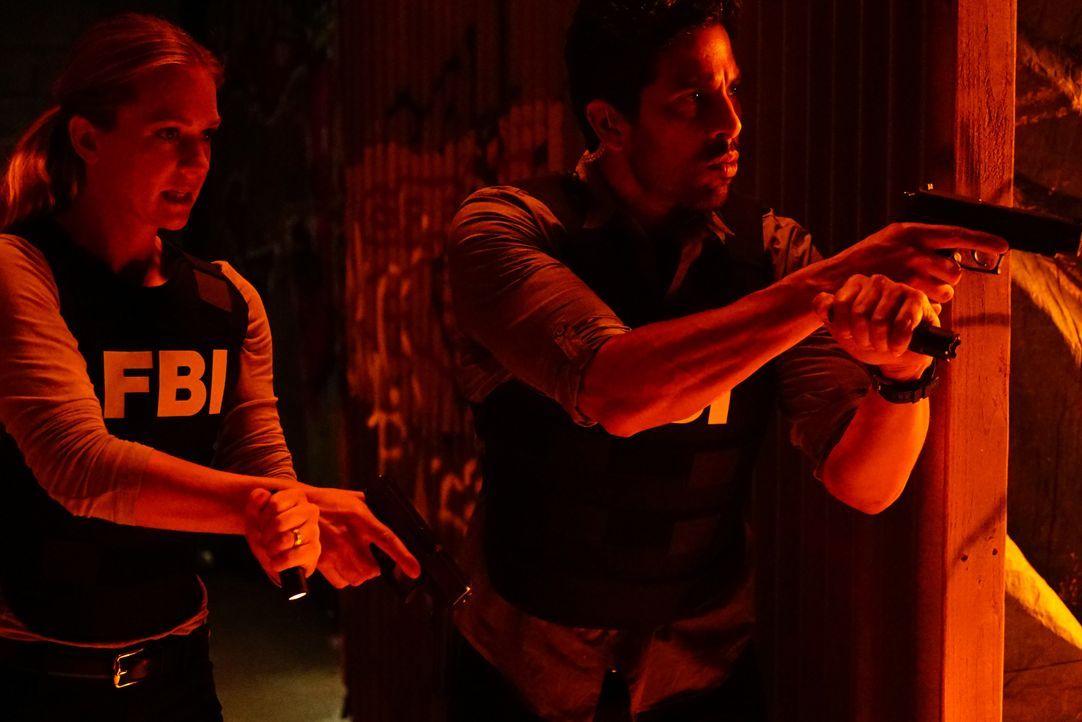 Das Team um JJ (A.J. Cook, l.) und Luke (Adam Rodriguez, r.) muss einen Feuerteufel stoppen, bevor es weitere Tote gibt ... - Bildquelle: Richard Cartwright 2016 CBS Broadcasting, Inc. All Rights Reserved. / Richard Cartwright
