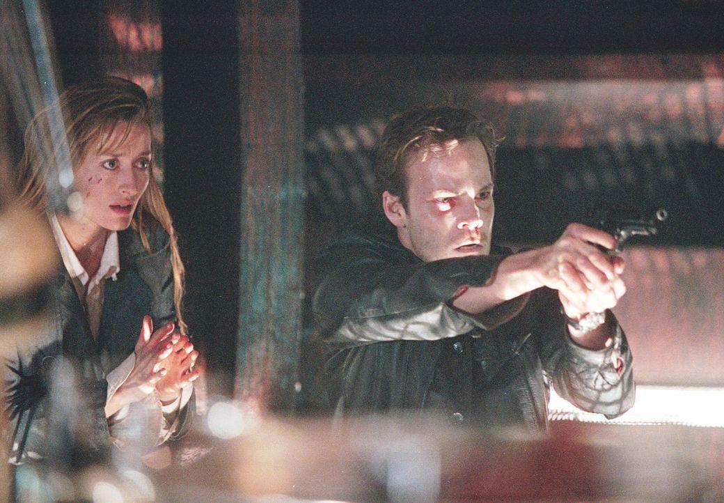 Der neugierige Polizist (Stephen Dorff, r.) und die ehrgeizige Mitarbeiterin der Gesundheitsbehörde (Natascha McElhone, l.) tun sich zusammen, um v... - Bildquelle: 2003 Sony Pictures Television International. All Rights Reserved.