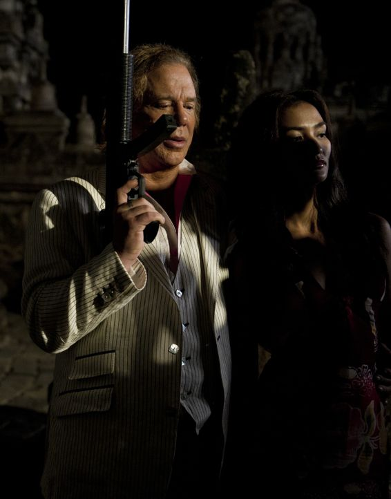 Kann Jack Prinzessin Sultana (Atiqah Hasiholan, r.) aus der Hand ihres Entführers Malik (Mickey Rourke, l.) retten? - Bildquelle: EJ 2012 - JAVA HEAT