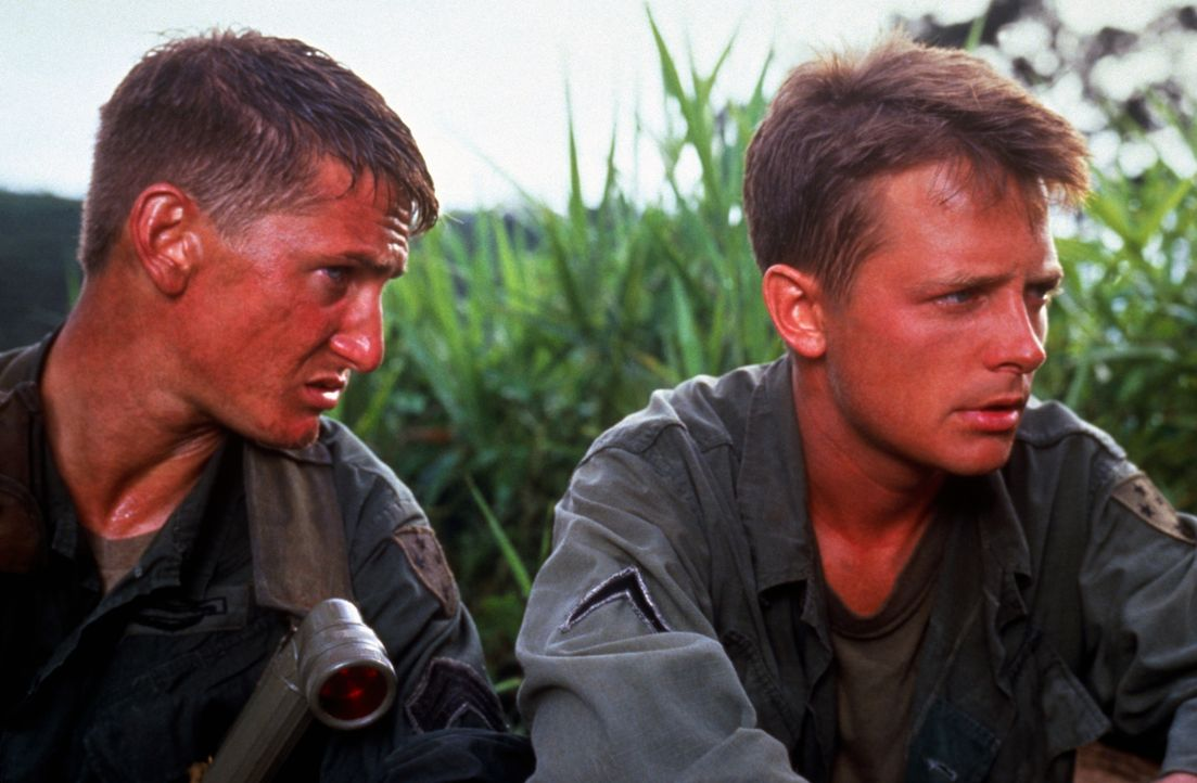 Der unerfahrene Soldat Erikson (Michael J. Fox, r.) muss sich den Befehlen des abgebrühten Sergeants Meserve (Sean Penn, l.) fügen ... - Bildquelle: 1989 Columbia Pictures Industries, Inc. All Rights Reserved.